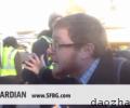 旧金山示威者砸坏谷歌公交车的玻璃